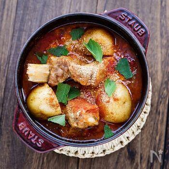 本来は豚の背骨を使いますが、手に入りやすいスペアリブで。じゃがいもは大きいままで、じっくりと時間をかけて煮込みます。肉のおいしさがしみしみのじゃがいもをくずしながら食べるのが至福。〆は、残ったスープにご飯を加え、ごま油で炒めご飯にするのが定番だとか。