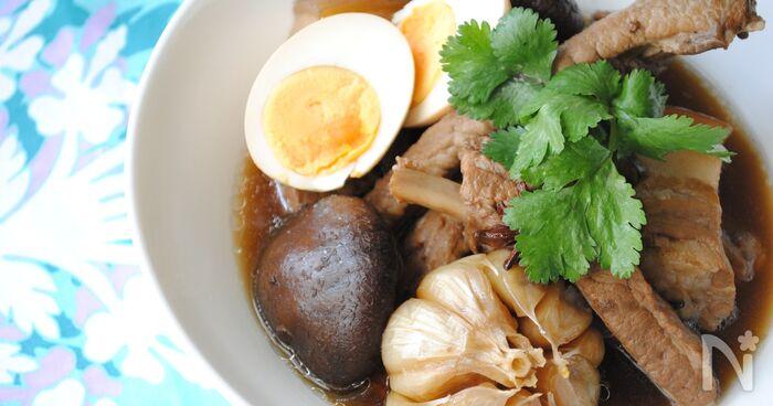 肉骨茶(バクテー)とは、マレーシアやシンガポールのスープ料理。肉骨は中国語で豚肉、茶はスープを意味し、スぺリブなどを生薬とともに醤油ベースのスープでことこと煮込みます。ご飯に豪快にかけてお茶漬けのように食べるのがおすすめ。