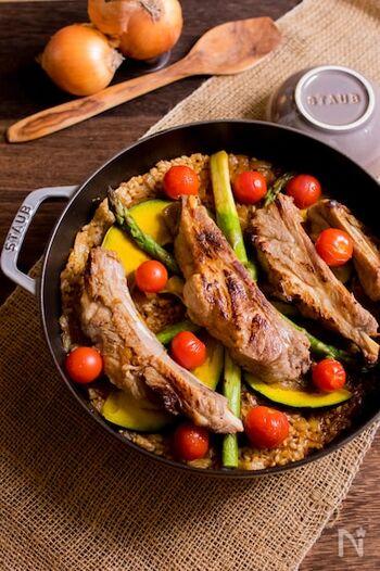スペアリブに焼き目をつけて、厚手の鍋でご飯といっしょに炊き込む、豪快なスペアリブのカレーピラフ。炊飯器で炊いてもOKです。豪快な見た目で、食欲がそそられますね。おもてなしにもおすすめ。