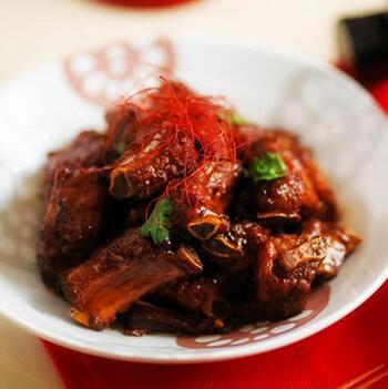 八角・桂皮・花椒など中華スパイスをたっぷり使った台湾料理。氷砂糖や醤油で煮込むので、あめ色の美しい仕上がりになります。少し味が濃いので、葉野菜などを添えて。