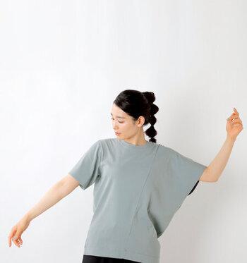 レギュラーな袖口と、ドルマンスリーブがアシンメトリーにデザインされた個性的なTシャツ。コットン強撚素材でシャリ感を演出し、こちらも接触冷感機能が備わった涼しさ満点の1枚です。  手を広げた時と閉じている時で、違ったシルエットが楽しめます。