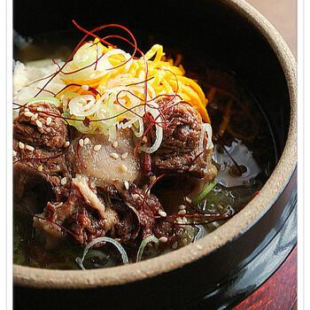 コムタンは韓国の郷土料理。牛の肉や内臓を長時間煮込んで作るスープです。冷ますと脂肪が浮いてきますので、それを取り除くとさっぱりした味わいに。韓国では夏バテ予防に食べるそうですよ。