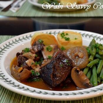 牛肉と赤ワインを使った、フランス料理の「ブフ・ブルギニヨン」を骨付きカルビ肉で。まずはフライパンで骨付きカルビ肉をしっかり焼くことで脂を落とし、さらにオーブンで焼きます。その後、野菜や赤ワイン、トマトペーストなどとともに長時間の煮込み。ポテトにスープをつけて食べるのもおいしいです。