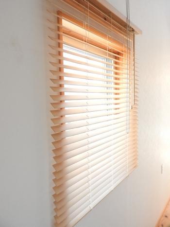 正面付タイプは、窓枠の外側の壁にブラインドを取り付けるタイプです。窓枠よりも少し大きなサイズを取り付けることで、横から差し込む光もしっかりカットすることが出来るメリットもあります。