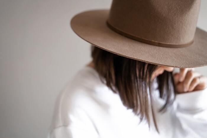 シンプルなブラントカットは、ファッション小物が映えます。つば広ハットとブラントカットの毛先のバランスが◎