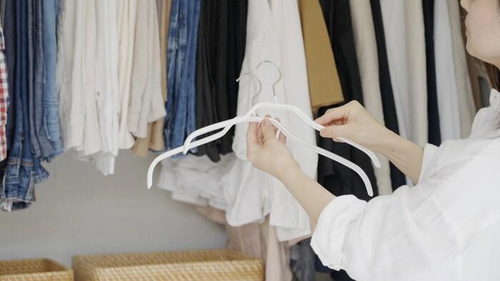 asamiさんが愛用しているというMAWAのハンガー。「シルエット36」「シルエット41」はトップスを、「パンツシングル」や「クリップ30」はパンツやスカートをかけるために使っているんだとか。ただ同じものに揃えるのではなく、きちんと用途に合わせて使い分けているから、洋服にとっても居心地がいいのかもしれません。