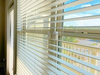 天井付タイプは、窓枠の天井にブラインドを取り付けます。窓枠の中にすっぽりとブラインドが収まるので、見た目はもちろんスペースとしてもとてもすっきりとした印象になるのが特徴です。ウッドブラインドは1㎝単位でオーダー出来ることが多いので、せっかくならご自宅の窓枠にピッタリのサイズを取り付けたいですね。