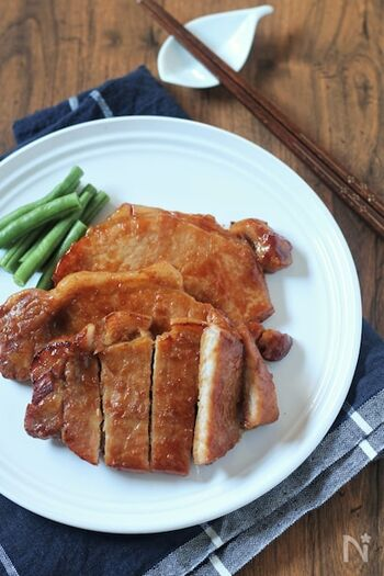 とんかつ用の豚ロースを使った、食べ応えある一品。お肉と調味料をフリーザーバッグに入れて下味冷凍し、使いたいときに解凍してから焼くだけなので、2~3人用のお弁当を作る際や、夕飯のおかずにもぴったりです。