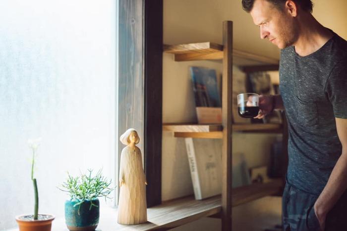 館内のいたるところで出会えるのが、彫刻家の田中孝明さんが『TATEGU-YA』のために制作した作品たち。このような、やさしい顔立ちの人形彫刻も。見つめると、なんだか心が潤いますね。