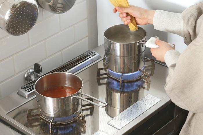 例えば一人暮らしであまりお料理はしない、飲み物やスープを温めたり、たまに煮物を作るくらいという方なら、軽くて手入れもしやすいアルミや琺瑯のお鍋があれば十分だったり、お料理する機会が多く、煮込みをしながら他の調理もするという方には、鋳物のお鍋は一つ持っていると便利だったりします。各素材のメリットデメリットを把握し、ライフスタイルを見直すとお鍋選びの際にも役立ちますよ。