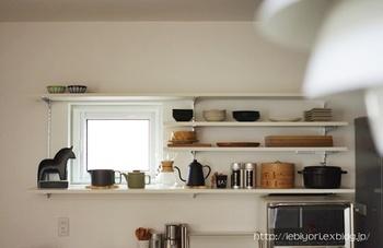 オープン棚があるキッチンには、見える収納もおすすめです。やかんなどのかたちの美しい調理器具は、棚上に置いておけば、まるでギャラリーのようになりますね。