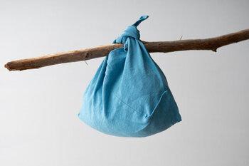 くるくるとまるめてコンパクトに持ち歩けるふろしきバッグは、インナーバッグにも最適です。日に日にくたっと馴染んでいく麻素材で、使うたびに愛着が湧くこと間違いなし。 爽やかな青色の他に、季節を選ばず使える墨色、黄色、緑色を展開しています。