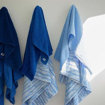 同系色で揃えて使うことを前提に作られたこちらのハウスタオル。濃淡の違うさまざまな青が重なることで、使用中はもちろん、洗濯中、畳んで積み重ねられた姿...全てがきれいに見えるのが特徴です。