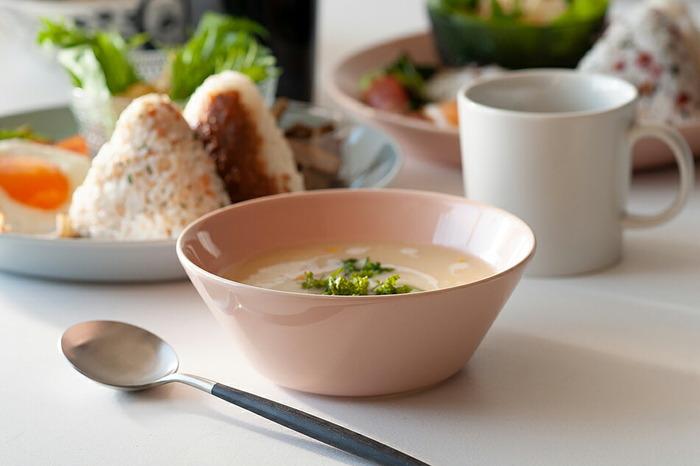 すっきりとしたデザインにおしゃれな色合いでテーブルを演出してくれる、北欧食器らしいスープカップです。シンプルなデザインだから、スープ以外にもサラダやフルーツ、小さな丼ぶりとしても活用できます。