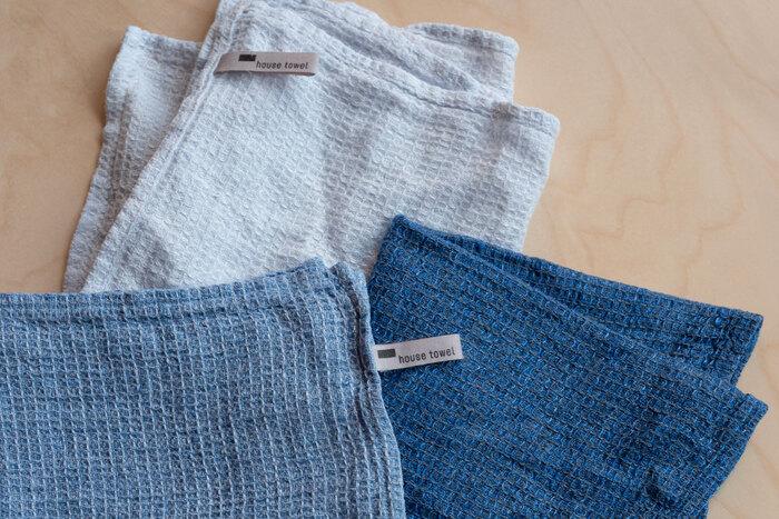 リトアニア産のリネン100%で作られた、SCOPEのディッシュクロス。薄手の生地で作られているため、吸水性も速乾性も抜群。さらに清潔感溢れる青色で、まさに夏にぴったりの1枚です。台拭きだけでなく、パタパタと折りたたんでおしぼりとしても◎