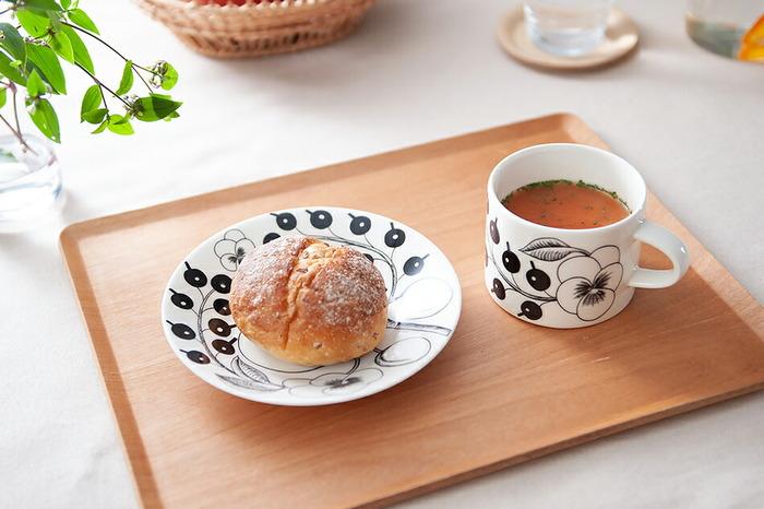 使っているカップ&ソーサーを分けて使うアイデアです。ソーサーに溝がないなら、パンやおかずのお皿として組み合わせてみましょう。新しい使い道に新鮮な発見がありそうです。パラティッシのカップはストレートな胴部で、スープカップとして使っても◎です。