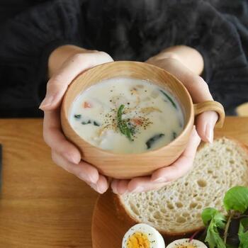まあるいシルエットは、両手で包み込むように持つとちょうどいいカーブです。温かなスープが良く似合います。
