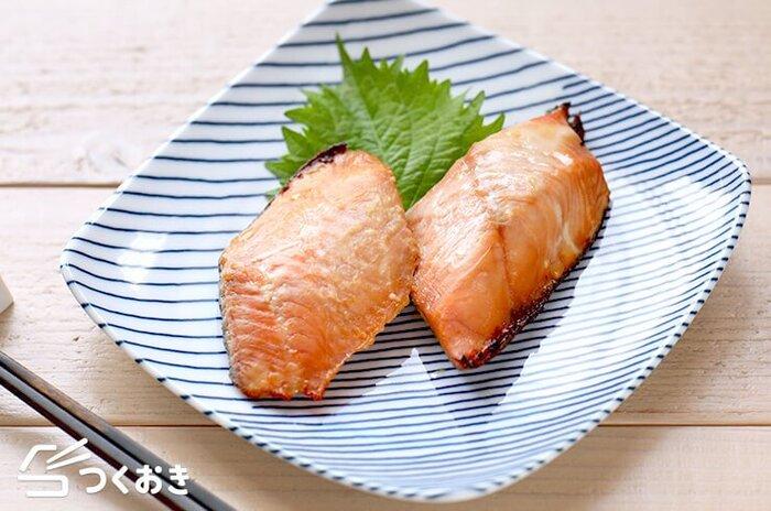 曲げわっぱの弁当箱に入れたくなる、お弁当の彩りも良くする鮭を使った西京焼き。コツを覚えれば簡単に作れます! 味噌の香りでご飯がすすむ一品。