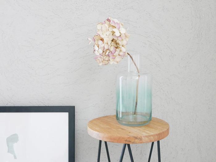 うっすらとグラデーションになった淡いカラーリングが素敵なフラワーベースです。クリアなガラス素材でどんな植物にも合わせやすく、インテリアにも自然にフィットしてくれますよ。大きめサイズで、枝ものの花を飾る際にも活躍してくれます。