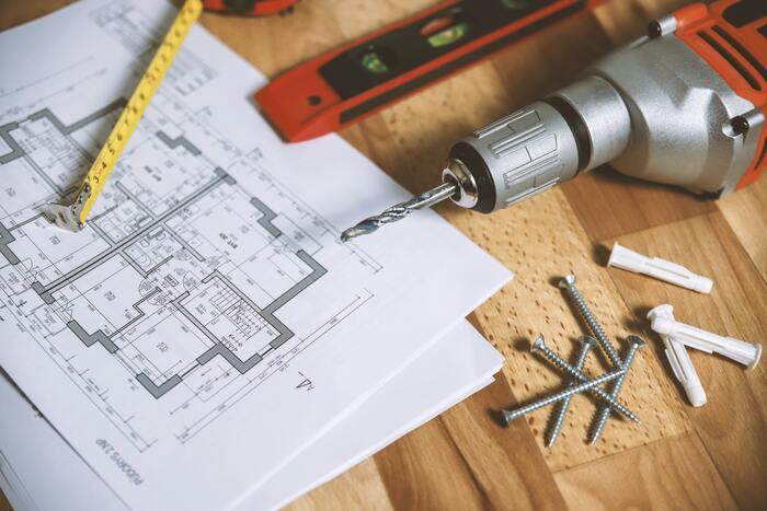 壁を撤去したり、吹き抜けをつくったり、ライフスタイルに合わせて理想の住まいを実現できるのがリノベーションの醍醐味です。電気設備や給排水設備の移設、建具の移動なども条件次第で可能です。もちろん、構造上の制約でできないこともあるため事前にしっかり確認しておきましょう。