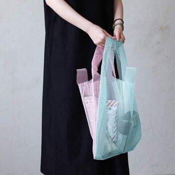 CONVENI BAG(コンビニバッグ)という名前の通り、レジ袋の形をそのまま採用したこちらのエコバッグ。慣れ親しんだ形で、いつでもどこでも気軽に使うことができます。 付属の収納用ポーチに入れて、カバンにひとつ忍ばせておくと便利です。