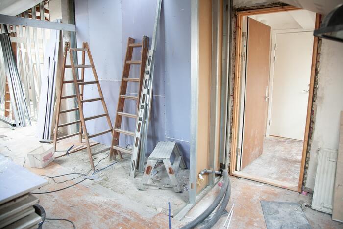 """間仕切り壁を全て取り除く""""スケルトンリノベーション""""ができるところがある一方、建物の構造上、住居内に撤去できない壁がある物件もあります。構造によってリノベーションの自由度が変わってくるので、事前の確認が必要です。"""