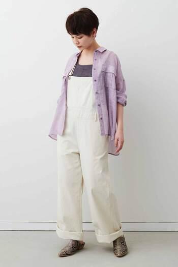 リネン100%のサファリライクなシアーシャツ。繊細な透け感が美しく涼しげです。ドロップショルダーにゆったりシルエットで、シャツとしてはもちろん、さらりと羽織るだけでも爽やかさを演出できる一枚。