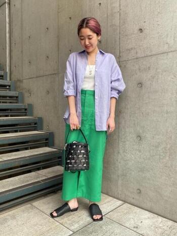 濃い紫と緑では目がチカチカしてしまうけれど、きれいめカラーの薄いパープルであれば実は相性の良い組み合わせ。ビッグシルエットのシャツでもタイトなロングスカートを合わせてバランスの良い着こなしに。小物はモノトーンで揃えるのがベター。