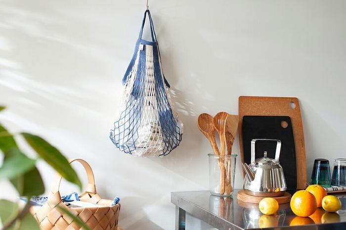 綿100%で作られたフランス生まれのネットバッグです。風通しのいい見た目で、パッと見は華奢に感じますが、実は漁業にも使えるほどの丈夫な設計。エコバッグとしてはもちろん、日用品収納やランドリーバッグなど、幅広い用途で安心して使うことができます。