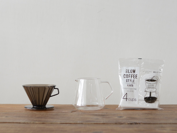 家にあるコーヒードリッパーとコーヒーフィルターを使って、水切りヨーグルトを作ることができます。コーヒードリッパーにコーヒーフィルターをセットし、ヨーグルトを適量入れるだけ。3〜4人用のドリッパーなら、1パック500ml入りのヨーグルトがちょうど入ります。あとはラップをして冷蔵庫に入れ、5〜6時間ほど置くだけ!とっても簡単ですね♪