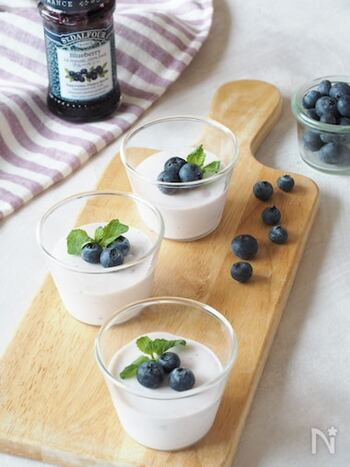 ヨーグルトと少量のクリームチーズでさっぱり味のレアチーズケーキ。ブルーベリーの甘みと酸味もほんのりきいて、夏のデザートにぴったり。
