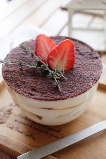 水切りヨーグルトを使ったお手軽ティラミス風デザート。さっぱりしているから食後のデザートにぴったりです。