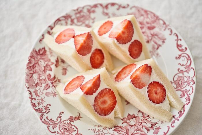 ヨーグルト入りの甘さ控えめの軽いクリームの食感を楽しむいちごのフルーツサンド。さっぱりめのクリームがいちごの酸味とよく合います。