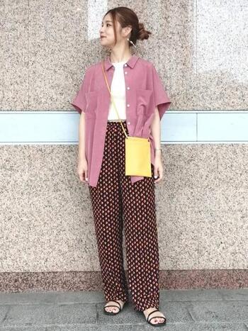 光沢控えめなサテン生地のシャツをさらりと。同じくピンクの大胆な柄パンツで、統一感がありつつも個性的に。暑い季節はこれくらい攻めたい気分。差し色のイエローバッグがポイントです。