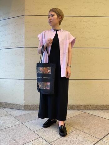 肩が少し隠れるゆったりノースリーブシャツ。ワンピースや小物を黒で統一し、ピンクのシャツが映えるスタイリングに。羽織るだけで首元から下の縦ラインが強調され、スタイルよく見せてくれますよ。