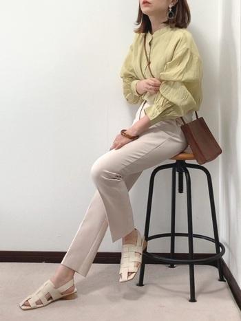 バンドカラーでスッキリとした首元と、ボリュームのある袖。魅力的なデザインの特別なシャツは、シンプルなパンツで引き立たせるのがベスト。レザーの小物で大人の雰囲気を纏って。