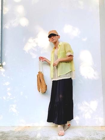 ワンピース、透かし編みトップス、シアーシャツの技ありレイヤードコーデ。透け感のある素材は三枚重ねても全く暑苦しく見えないので、暑い季節でも重ね着を楽しみたい人にぴったりです。