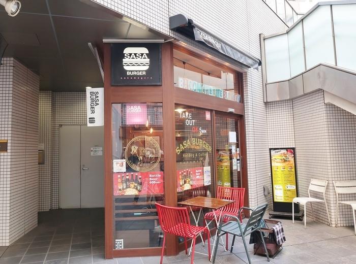 """「SASA BURGER(ササバーガー)nakameguro」は、本店の代官山に続く2号店として、中目黒の駅前にオープンしました。""""軽食グルメバーガー""""をコンセプトに、気軽に味わってもらいたいとの想いから開いたお店。駅からすぐの立地も魅力です。"""