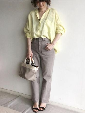 リネンのオーバーサイズシャツ。綺麗なイエローが目を引きます。色の相性がいいブラウンのデニムパンツに、フロントのみインして脚長に、気になるお尻はカバー。華奢なサンダルが女性らしさをアップ。