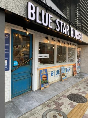 2020年に中目黒にオープンした「Blue Star Burger(ブルースターバーガー)」は、古き良きアメリカンダイナーのような雰囲気。アプリや店内のタブレットで注文・決済できる新しい取り組みが注目されていますが、ハンバーガーへのこだわりも詰まっているんですよ。
