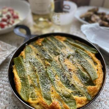モロッコいんげんとじゃがいもを具材にしたイタリアの卵料理フリッタータ。フライパンごとテーブルへ持っていきましょう。気取らないホームパーティーにもぴったり。みんながあっと喜ぶ顔が目に浮かびます。