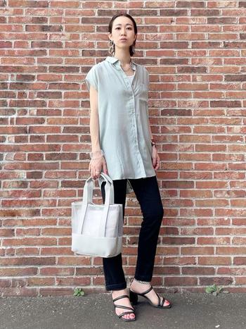 透け感のあるフレンチスリーブシャツ。ストンとしたフォルムなので、ウエストインにしなくてもラフに見えません。少し長めの丈が細身の黒パンツと好相性。華奢なサンダルは女度を格上げしてくれますよ。
