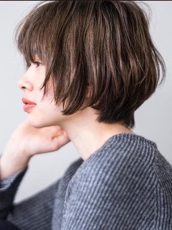 ブリーチなしでも憧れの外国人風ヘアが叶うイルミナカラー。日本人特有の赤みを抑え、日が経つとより透明感のあるベージュが強くなっていくので、退色さえも楽しめます。髪に光を取り込んだようなツヤ感が素敵。