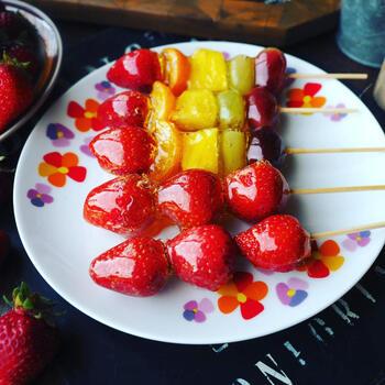 ツヤツヤの飴にコーティングされた果物がとってもおいしそう♪おうちで作ると盛り上がること間違いなしの屋台レシピです。
