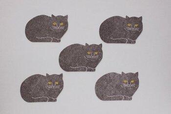 泥染や刺繍の生地で知られている『トモタケ』さんの黒猫のコースター。泥染された布を原画に版を作って凸版印刷で仕上げているため、紙でも絶妙なカスレやニジミが表現されて暖かさを感じます。プチプラなのでちょっとしたプレゼントとしても、猫好きのお客様のおもてなしにもおすすめ。