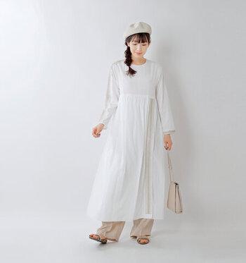 生成り色のリネンベレー帽は、ざっくりとした編地と透け感が楽しめるアイテム。その日の装いに、涼し気なアクセントを加えてくれます。ふんわりしたロングワンピース×フルレングスのベージュパンツの組み合わせは、リラックス感があって可愛らしいですが、重心が下がってしまいます。頭のベレー帽とサイドにゆるく編んだみつあみでレトロな表情を加えつつ、顔まわりを華やかにして視線を上にあげましょう。