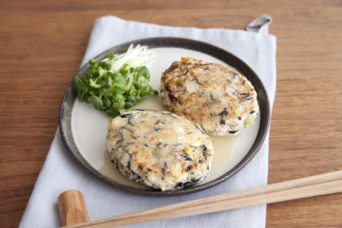 小松菜のみそ煮をアレンジしてハンバーグに!煮物を作り過ぎて余った時にも役立つレシピです。たねに塩糀を入れることで旨味がアップ。ヘルシーですが、満足感のあるメインメニューになりますよ。