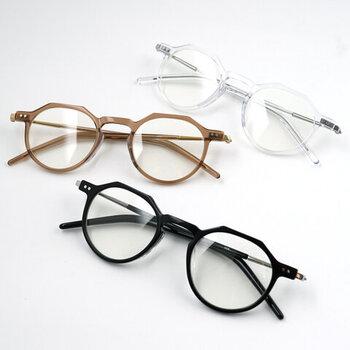 すっきりとした一重の人が、メガネをかけるとガラリと印象を変えることができます。いろんな形のメガネに挑戦してみて。