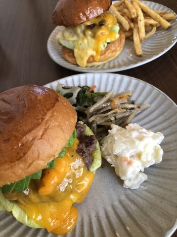 管理栄養士が監修したおばんざいがセットになった「OBANZAIセット」は、まるで和定食のようなスタイル。意外な組み合わせのように思えますが、ハンバーガーと交互に食べるとそれぞれのおいしさが引き立ちます。