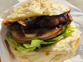 パティはオーストラリア産ビーフを100%使用。粗挽きのお肉を豚の網脂で包み、霜降りステーキのような食感と風味に仕上がるように工夫しているそう。甘辛いソースがかかった「テリヤキバーガー」をはじめ、ハンバーガーは常時30種類ほど。さらに、月替わりのマンスリーバーガーも人気で、ちょっぴり個性的なハンバーガーも試してみてはいかがでしょうか?